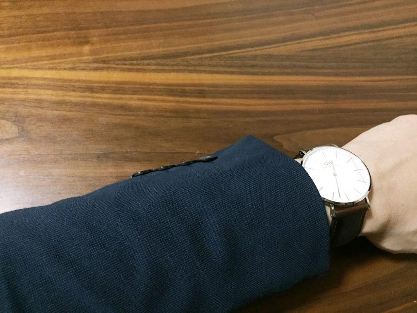 紺のスーツに腕時計をつけた状態