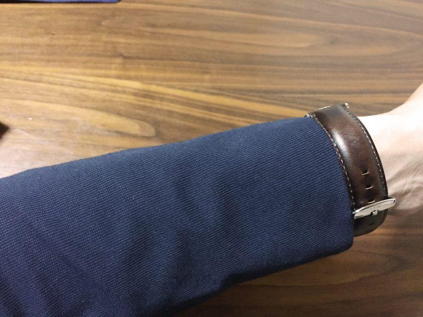 紺のスーツに腕時計をつけた状態(ベルト側)
