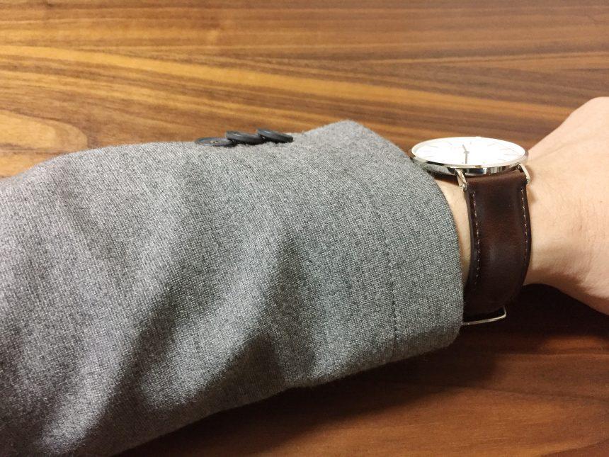 グレーのスーツに腕時計をつけた状態(ベルト側)