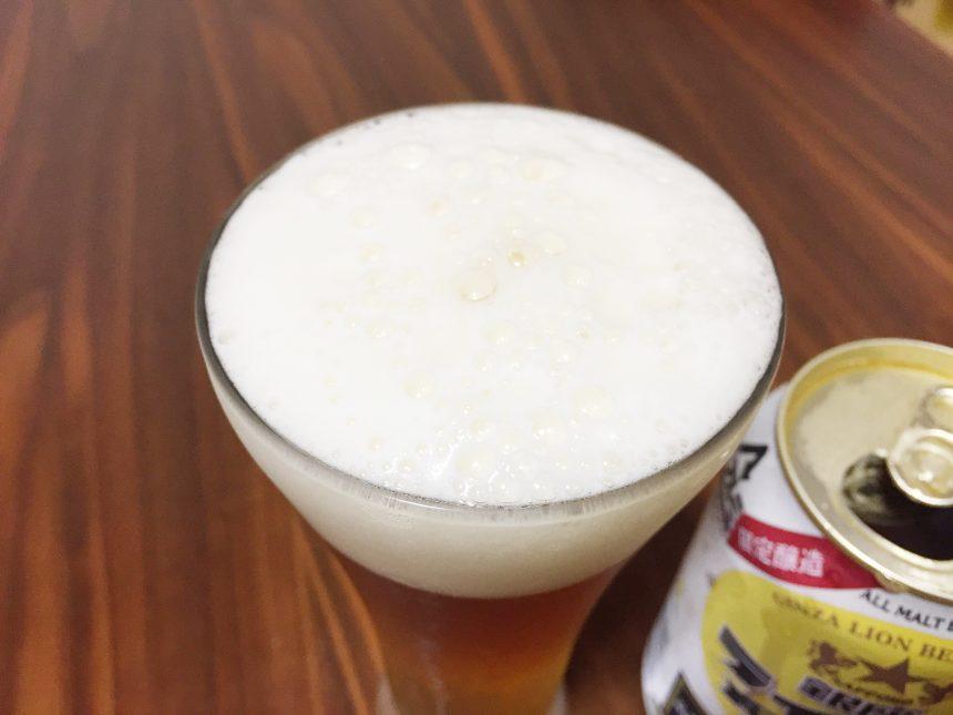 グラスに注いで、きめ細やかな泡がおいしそうな銀座ライオンビール