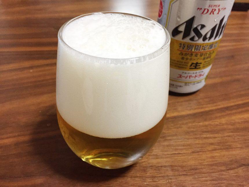 グラスに注いだアサヒビール特別限定醸造(みがき麦芽仕込み)