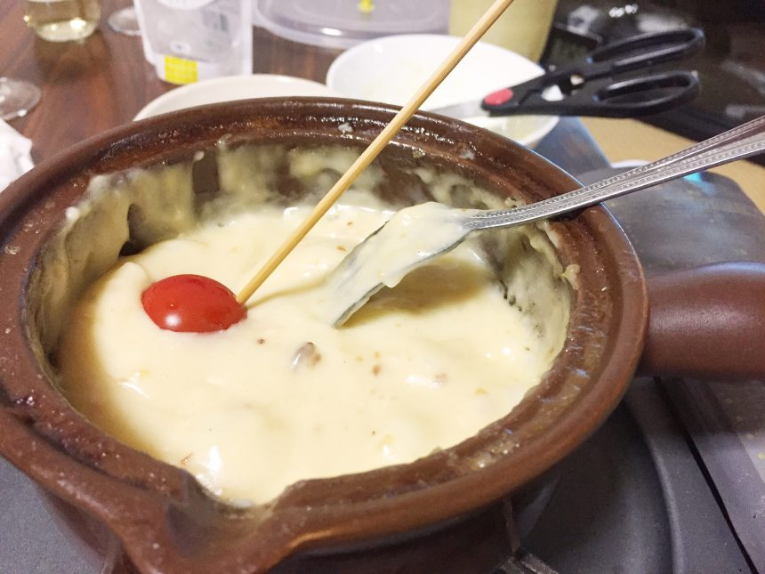 チーズフォンデュに突っ込んだプチトマト