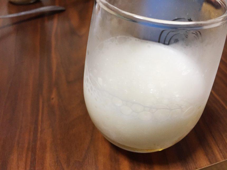 ドボドボと勢いよくグラスにビールを注ぎ、泡を作った状態
