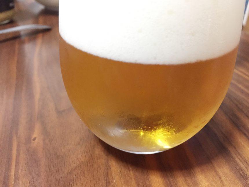 泡でフタをしたビール