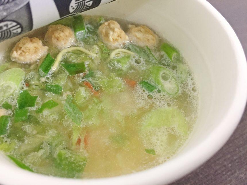 和ラー博多水炊きのフタをあけ、お湯を入れた状態
