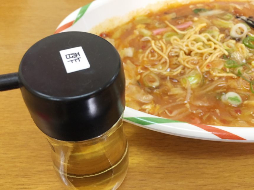 テーブルサイドに置かれた「酢」。これをかけるとまたウマい。