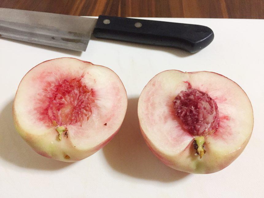 アボカドのように真っ二つに切った桃