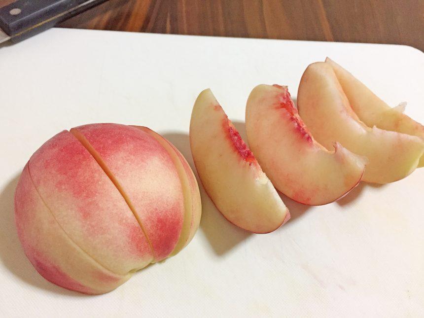 くし形に切った桃