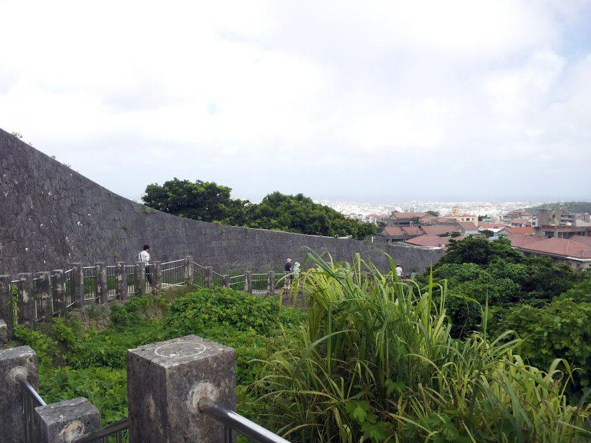 ゆいレール首里駅から続く首里城への道。城壁横の道。