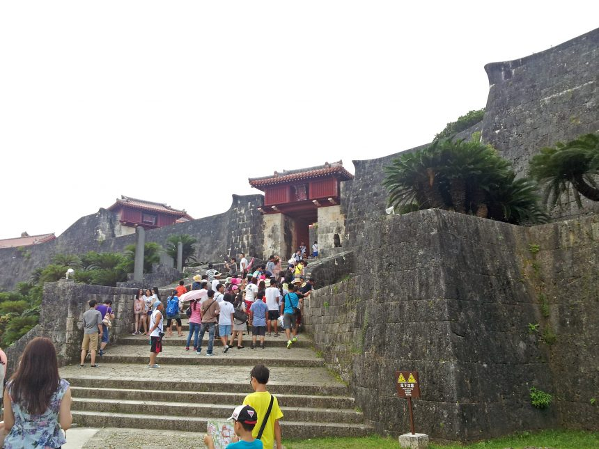 歓会門から続く首里城への階段。