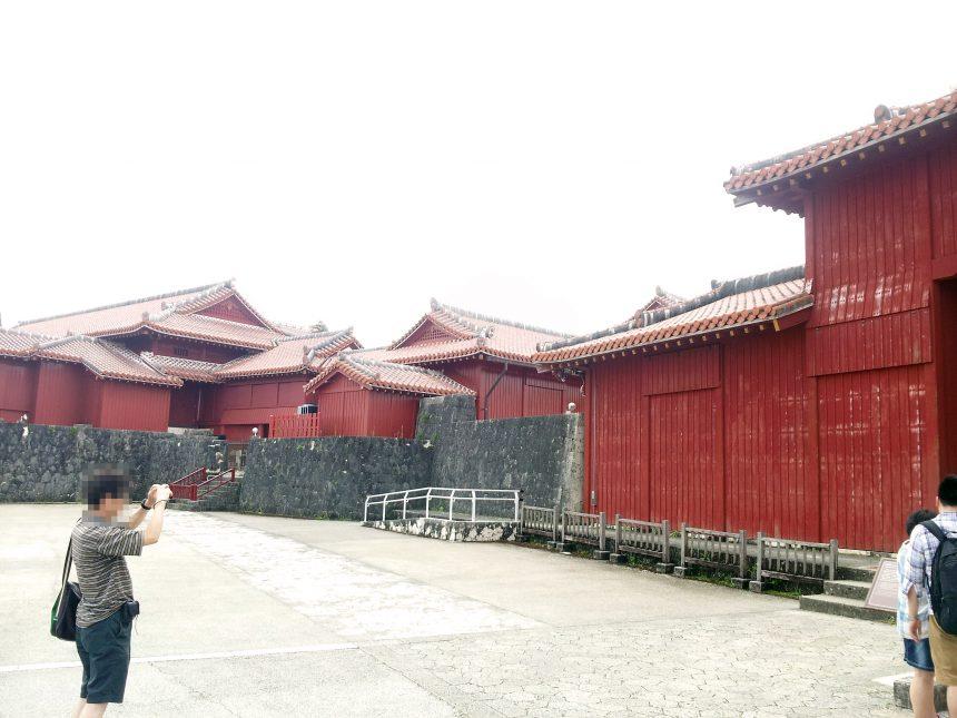 広福門から見える赤い外壁の建物。