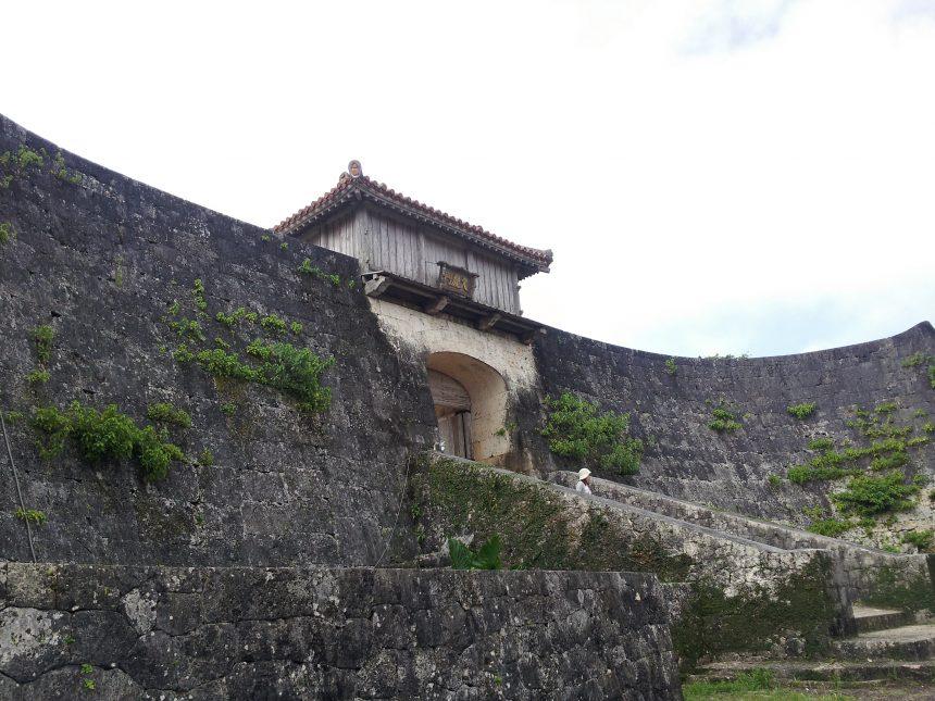 城壁から見える久慶門。