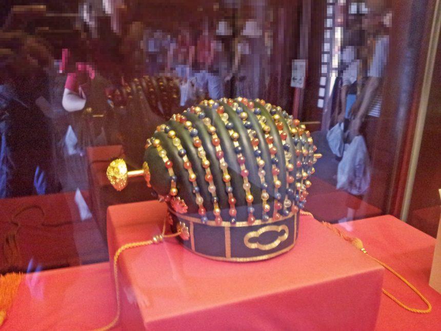 展示されている琉球王国、国王がつける冠。皮弁冠(ひべんかん)または玉御冠(たまんちゃーぶい)。