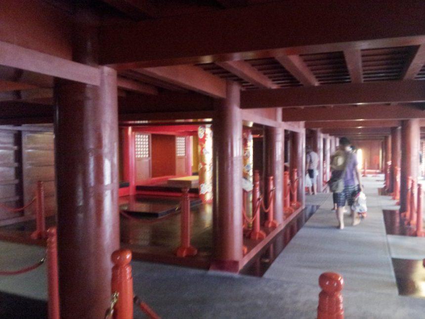 正殿1階は「下庫理(しちゃぐい)」からの通り道。