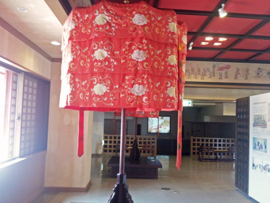 展示されている中国風の傘、御涼傘(うりゃんさん)。