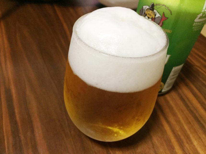 グラスに注いだおいしそうな限定醸造のエビスビール、ザ・ホップ2018