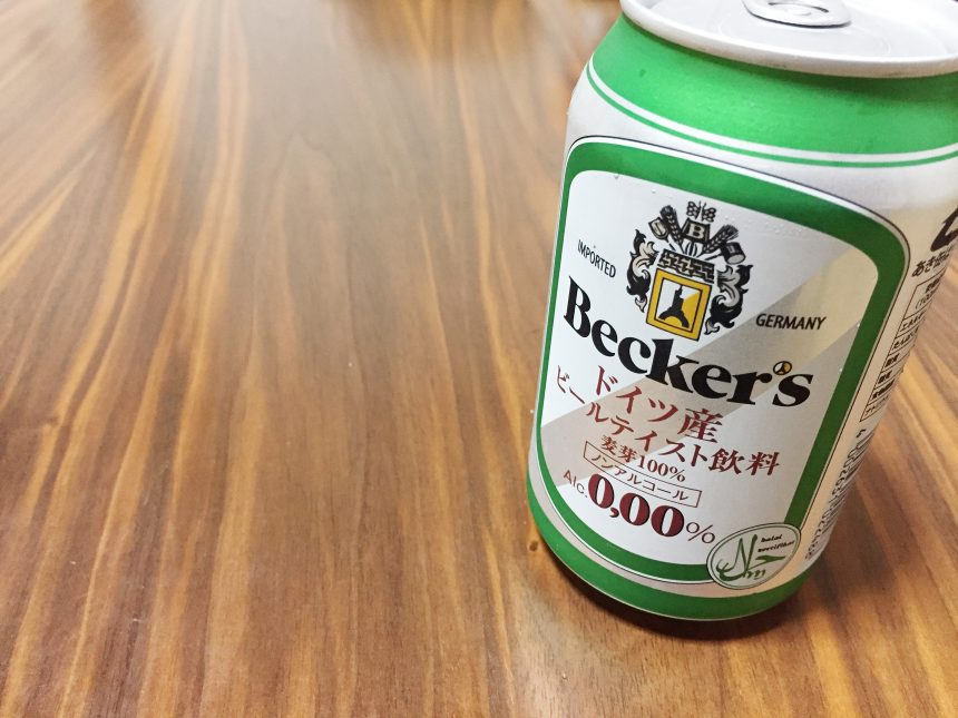 机にたてらてたBecker'sのグリーンの缶