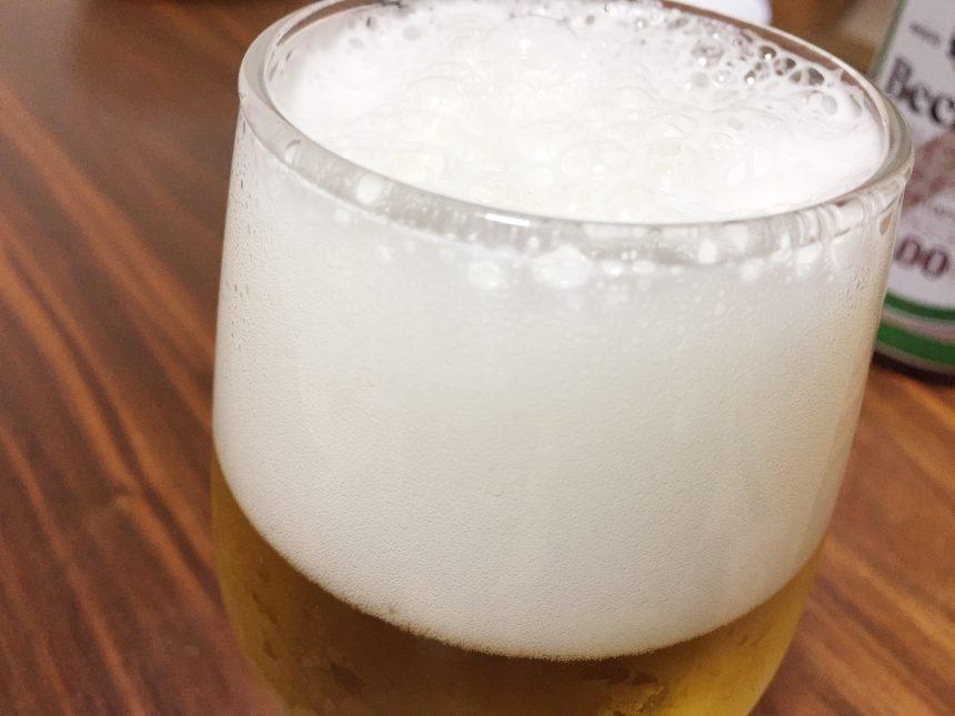 グラスにそそいだ直後の泡。ビールのように泡立つ。