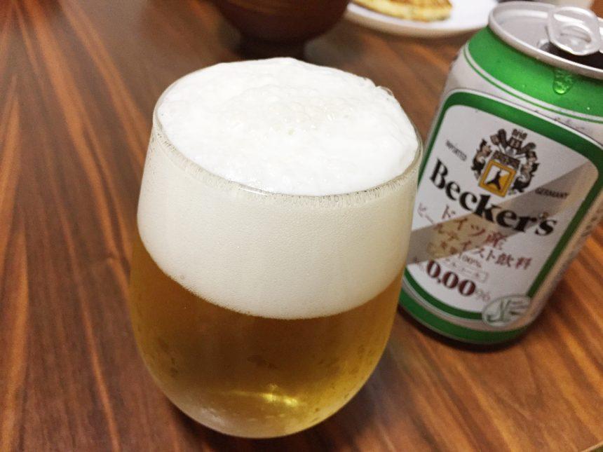 見た目はまんまビール。ベッカーズをグラスに注いだ状態。