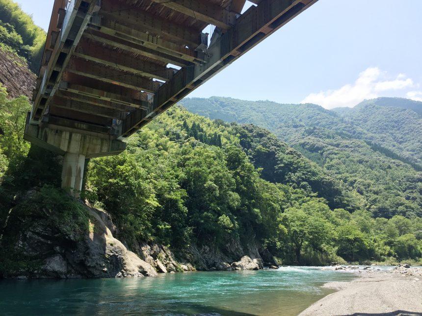 かりこぼうず大橋の下に広がるキレイな川