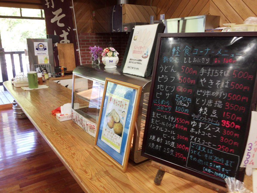 休憩スペースでは、生ビールやかんたんなおつまみも食べられる。西米良コロッケなどの特別メニューもあり。