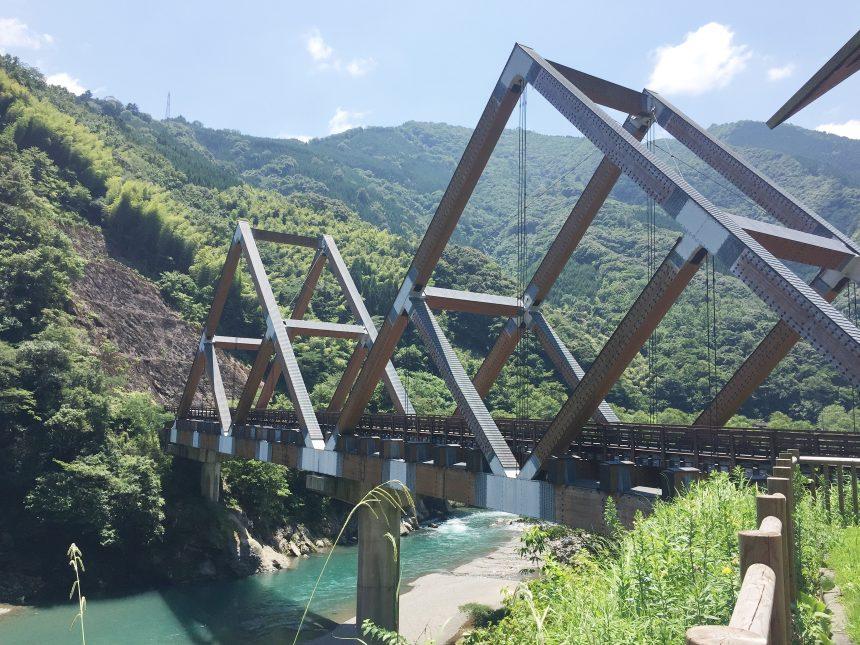 かりこぼうず大橋。木造車道橋としては日本一を誇る。