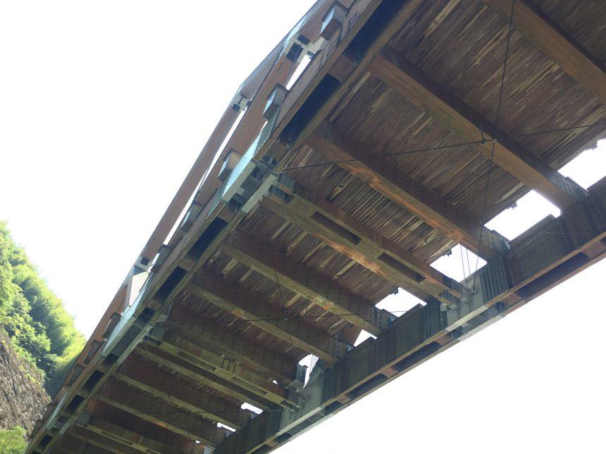 かりこぼうず大橋を下から見上げた写真。