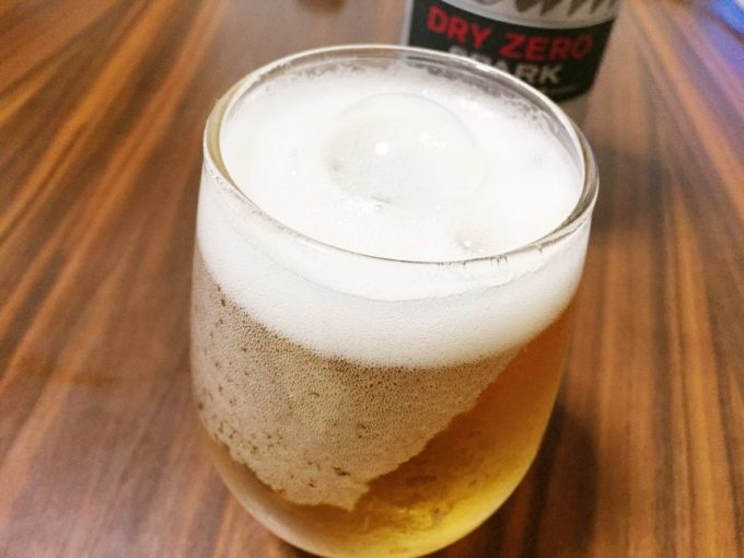 グラスに注いだドライゼロスパーク。強炭酸だが泡の消えるスピードが早い。