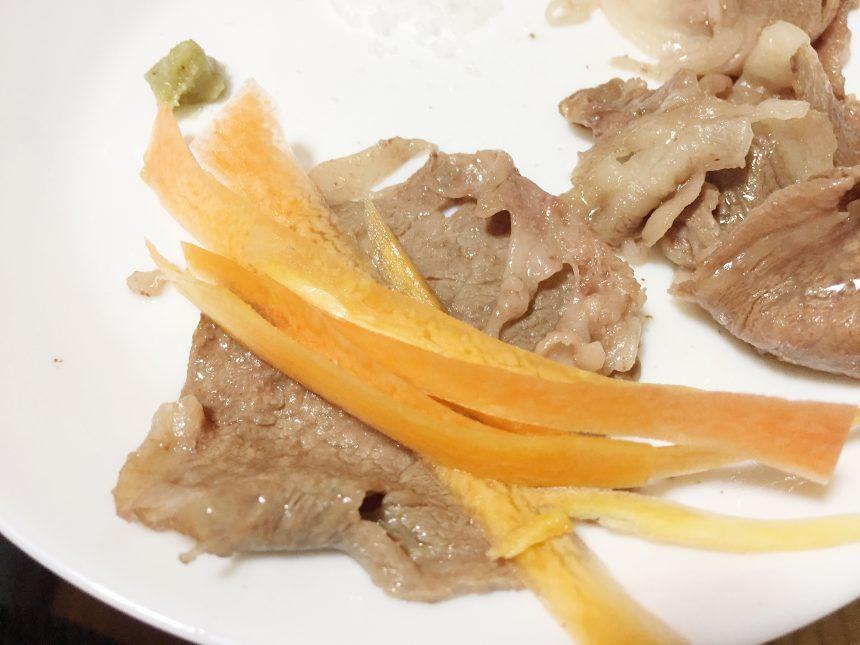 お肉に薄切りスライスの人参をのせた状態。