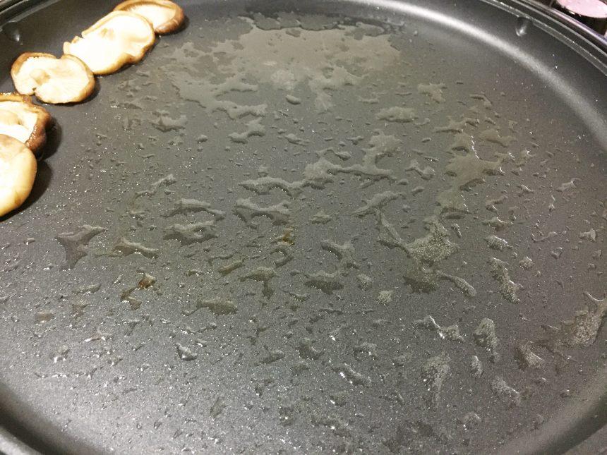 ホットプレートに残った、黒毛和牛の滴る脂。