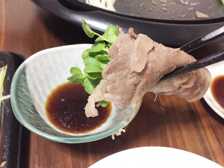 カイワレ巻きお肉をポン酢につけるの図。