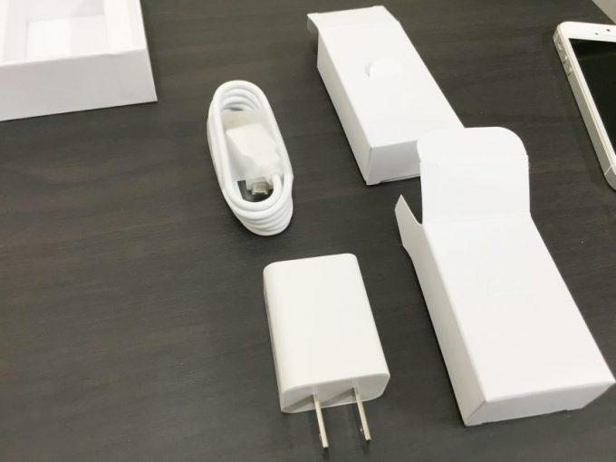 同梱の充電アダプター