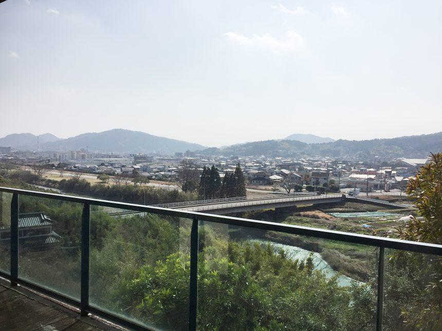 テラスから見える日南市の街並み(西)