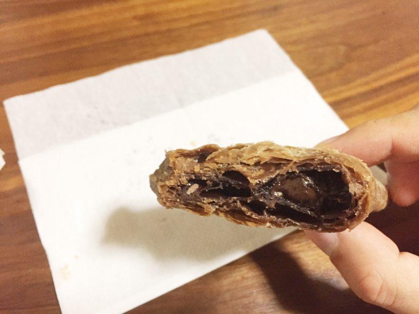 三角チョコパイ黒の中身。たっぷりのチョコレート