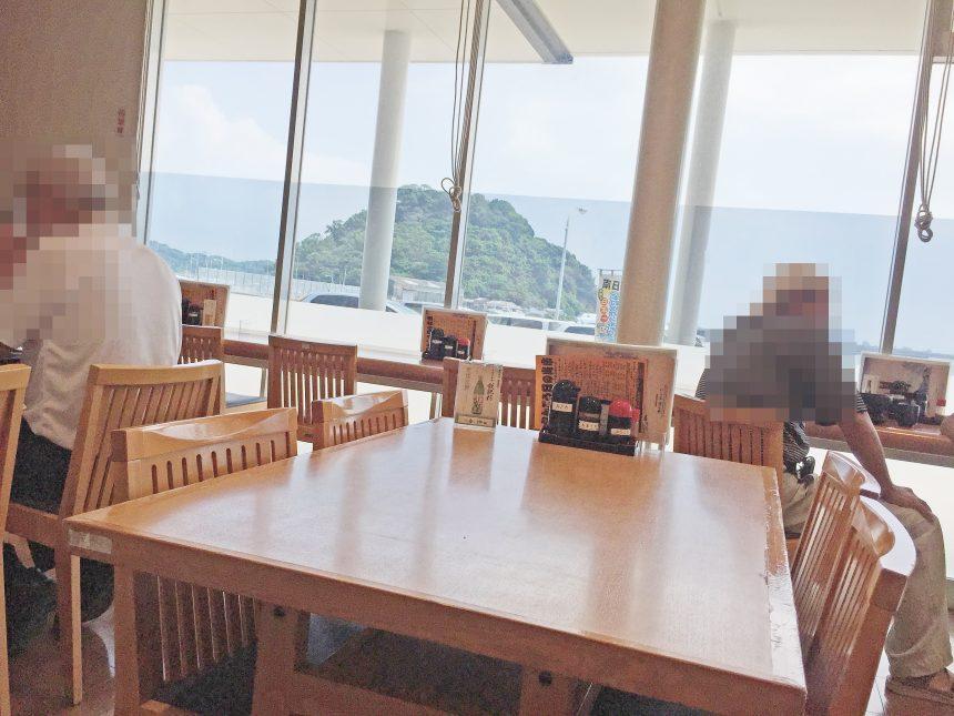 港の駅めいつの店内。テーブル席とカウンター席