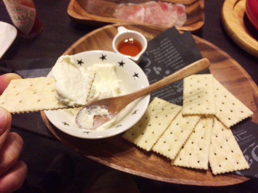 クラッカーにクリームチーズ