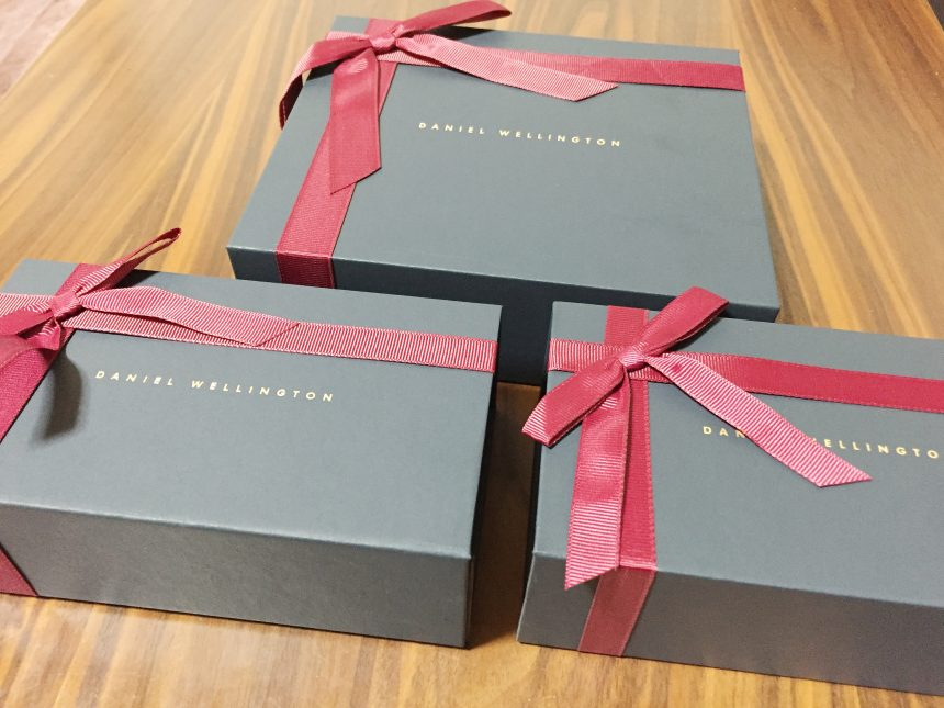 ダニエルウェリントンの、リボンが付いたクリスマス仕様の箱