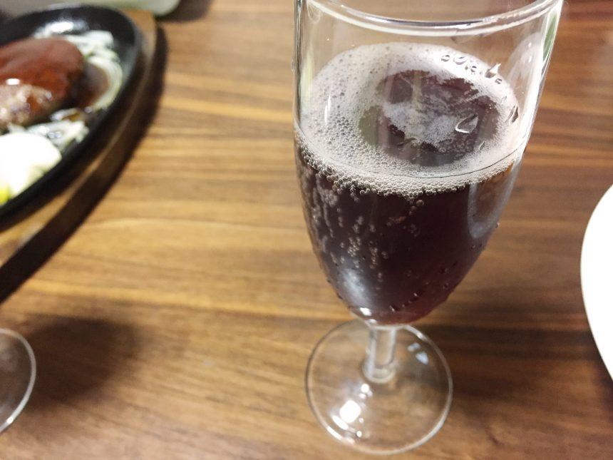 グラスに注いで泡立っているピュアポム