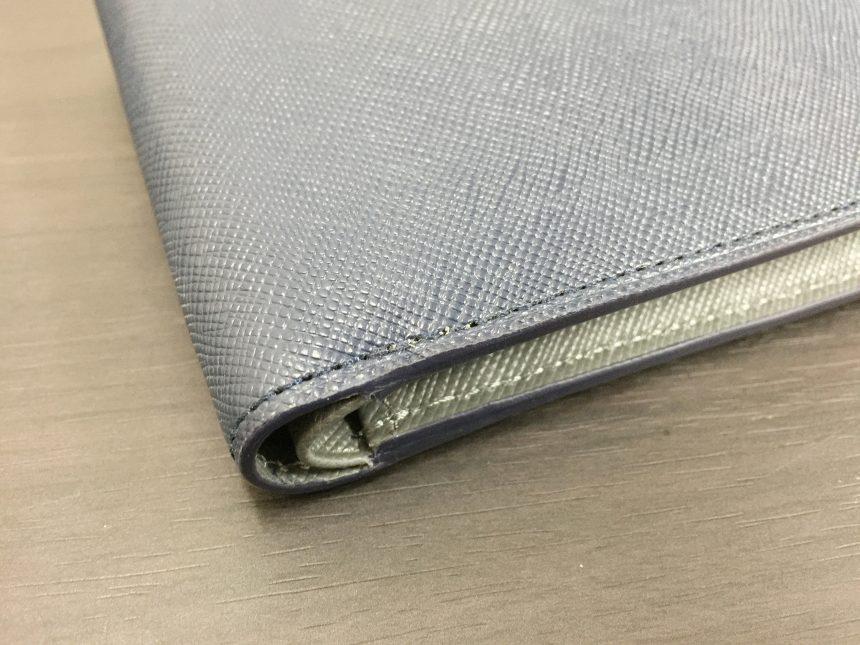 財布の角のアップ