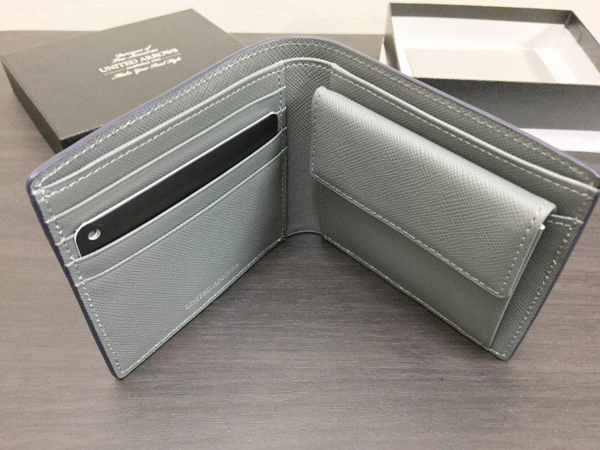 財布をたてて開いた状態