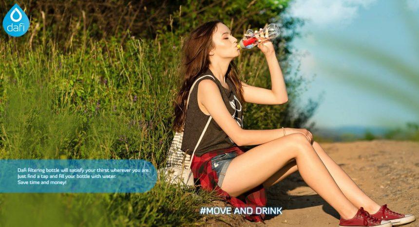 女性がダフィから水を飲んでいる写真(公式ページキャプチャ)