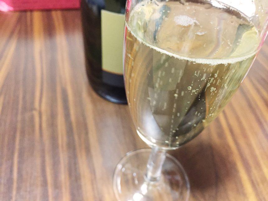 グラスに注いだサンタスパークリングワイン