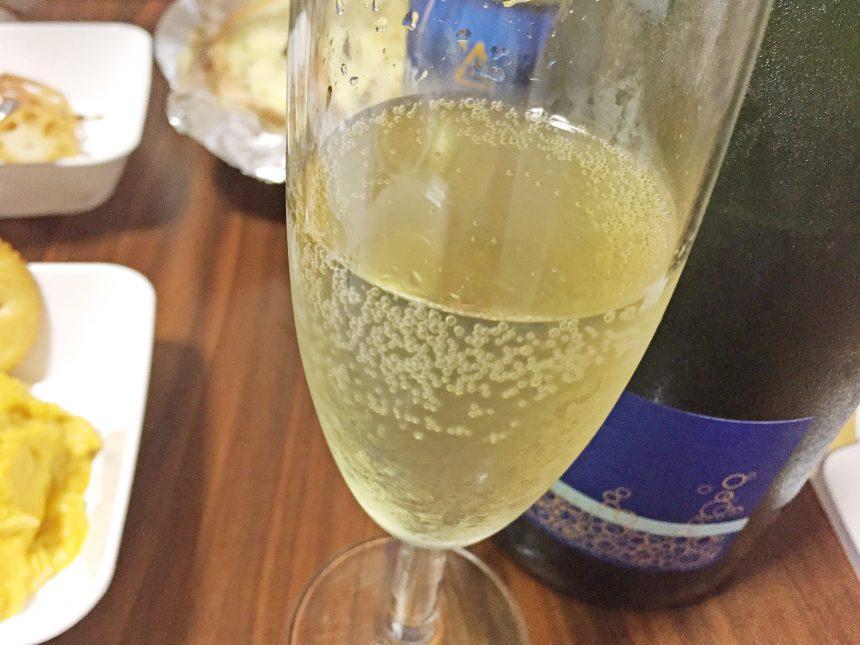 グラスに注いだアルパカスパークリングワイン