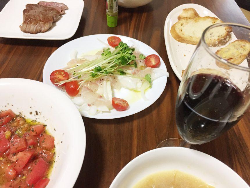 さまざまな料理とサンタ赤ワイン