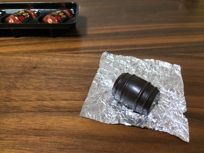 包みをあけた樽型のチョコレート