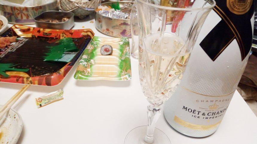テーブルの上に散らかった料理と、モエエシャンドン、アイスインペリアル