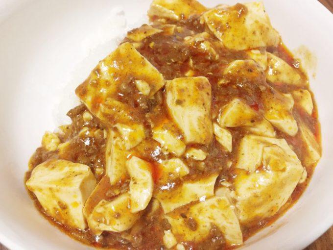 完成した麻婆豆腐(ご飯の上にどんぶりで)