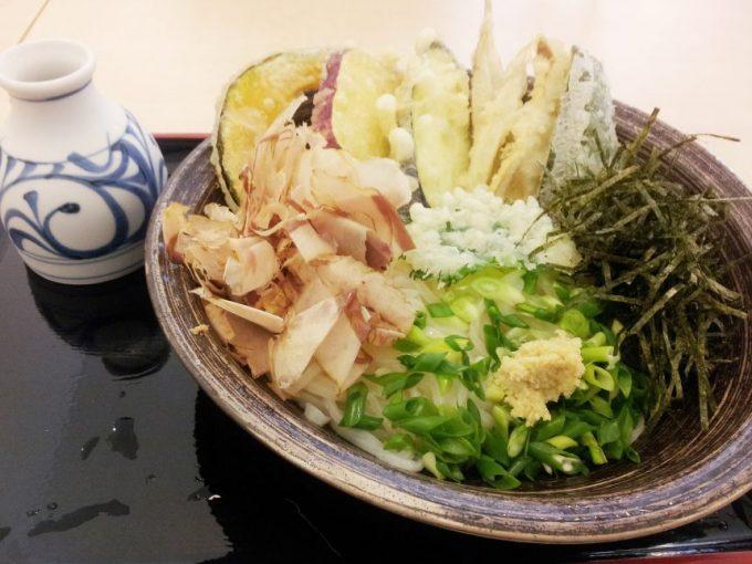 神宮屋勘助の野菜天ぶっかけうどん。かなりビジュアルもよくおいしそう。