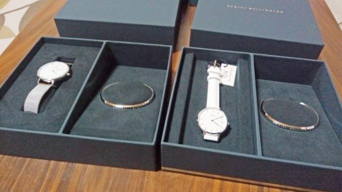 白い腕時計とメタルの腕時計