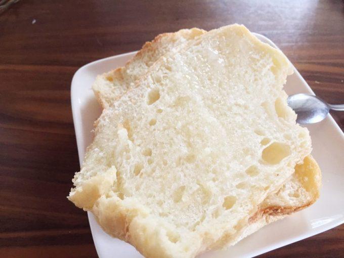 ココナッツオイルに塩を振り、塩バターパンのような風味に